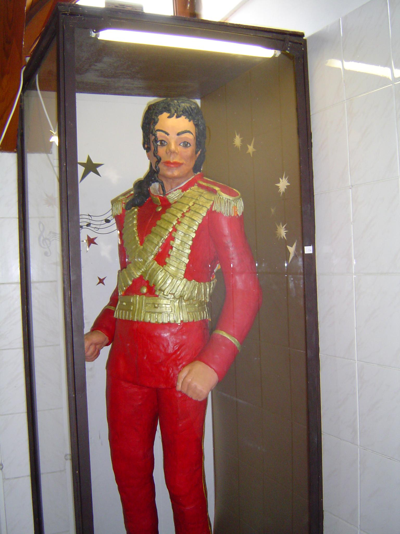 ing the white chocolate statue of michael jackson that