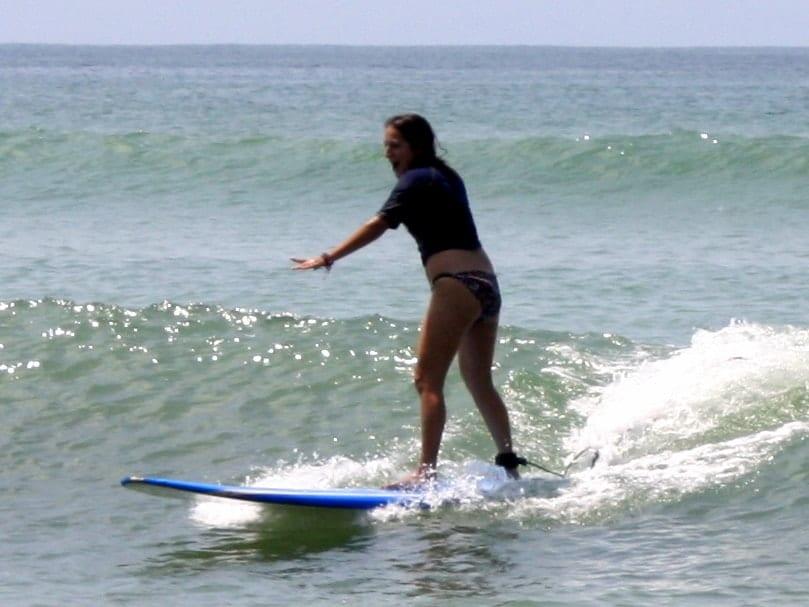 kate-surfing-7 ▷ Viaje solo en México - ¿Es seguro?