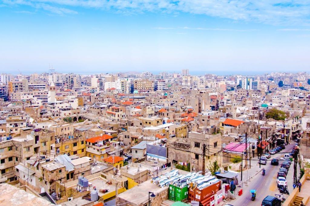 El paisaje urbano de Trípoli: interminables hileras de casas rectangulares, algunas de cemento bastante básico, que conducen hasta el mar.